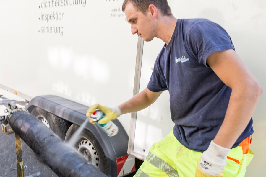 Vorbereitung des Sanierungspackers mit Trennmittel